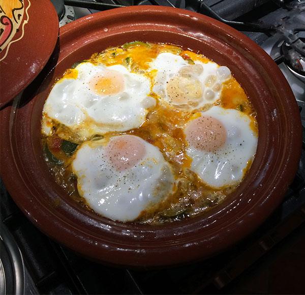 Uova e verdure in tajine